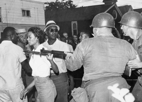 Gloria Richardson aparta la bayoneta de un Guardia Nacional durante una protesta del movimiento por los Derechos Civiles en 1963 | Via